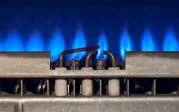 Gaz pali się w nowoczesnym podgrzewaczu wody zbliżenie selektywne skupienie