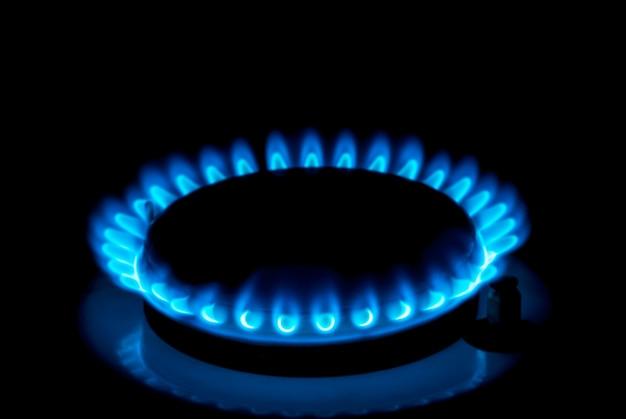 Gaz ziemny palący niebieskie płomienie na czarnym tle