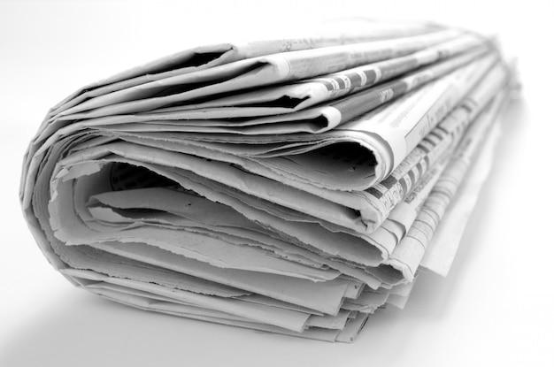 Gazeta z wiadomości zbliżeniem na białym tle