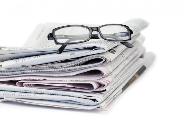Gazety i czarne okulary