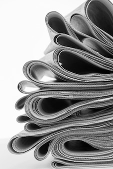 Gazety składane i ułożone na białym tle