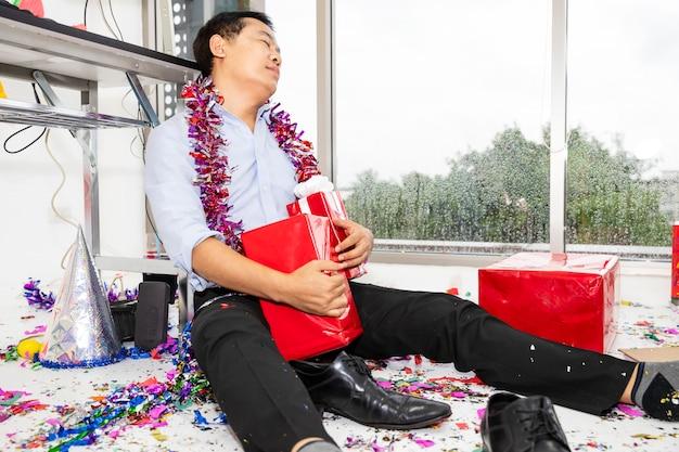 Gdy impreza jest kac, człowiek śpi na podłodze po imprezie.