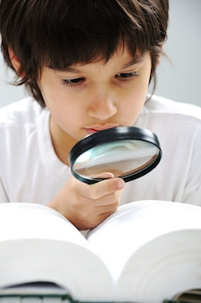 Geeky słodkie dziecko studiuje i nosi okulary