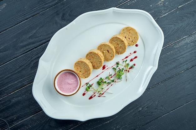 Gefilte fish - to danie przyrządzane z gotowanej mieszanki mielonych, pozbawionych kości ryb, takich jak karp, sieja czy szczupak, podawane na białym talerzu. szabat i pascha