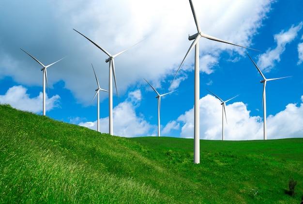 Generator energii farmy wiatrowej w pięknym krajobrazie do produkcji energii odnawialnej