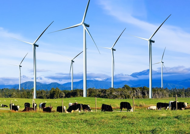 Generator energii farmy wiatrowej w pięknym krajobrazie do produkcji energii odnawialnej.