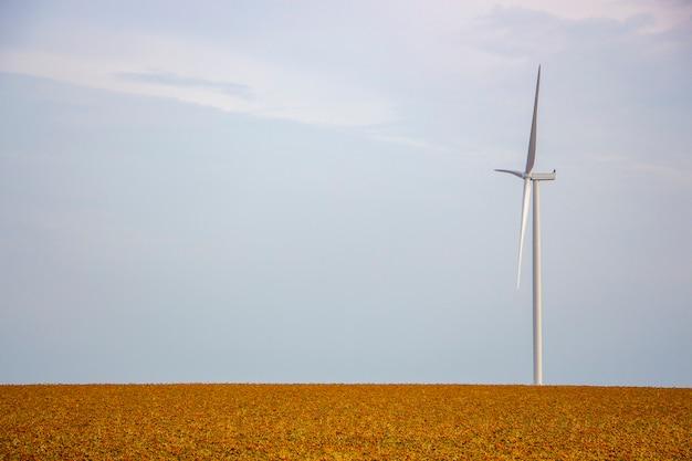 Generator wiatrowy stoi na polu, samotny wiatrak na stepie