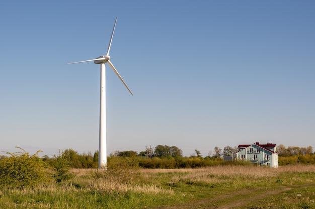 Generator wiatrowy znajduje się na tle przyrody