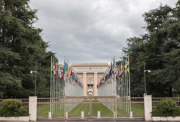 Genewa, szwajcaria - 1 lipca 2017 r.: flagi narodowe przy wejściu w biurze onz w genewie, szwajcaria. organizacja narodów zjednoczonych powstała w genewie w 1947 roku i jest drugim co do wielkości biurem onz