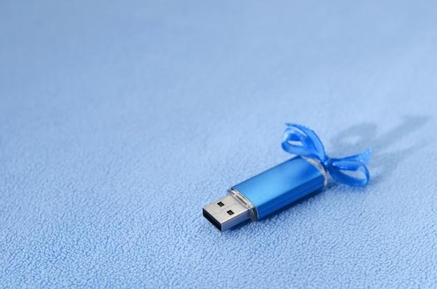 Genialna niebieska karta pamięci flash usb z niebieską kokardką