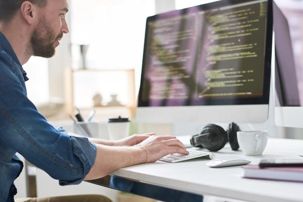 Geniusz komputerowy w pracy