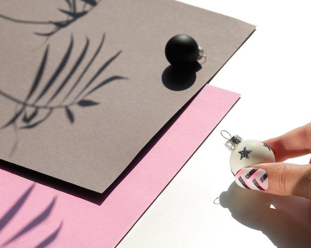 Geometryczna kompozycja świąteczna na papierze z cieniami