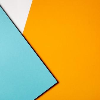 Geometryczna kompozycja wykonana z niebiesko-żółtego kartonu