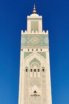 Geometryczna mozaika muzułmańska w islamskim meczecie, piękny arabski wzór kafelkowy i mozaika na ścianie i drzwiach meczetu w mieście casablanca, maroko