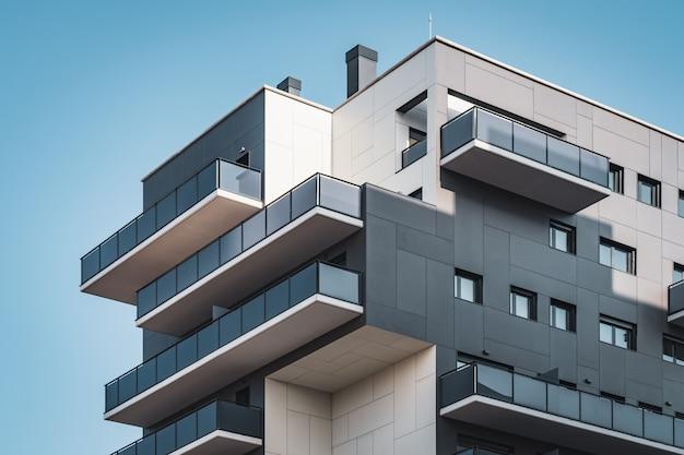 Geometryczne elewacje budynku mieszkalnego