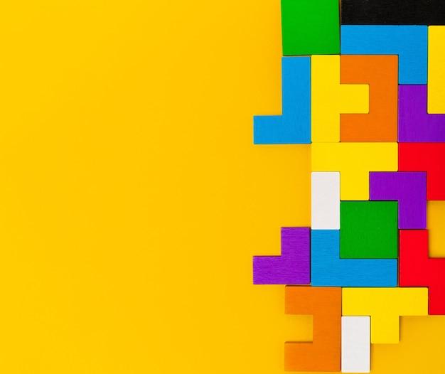 Geometryczne kształty wykonane z drewna w różnych kolorach widok z góry konstruktor w formacie tetris