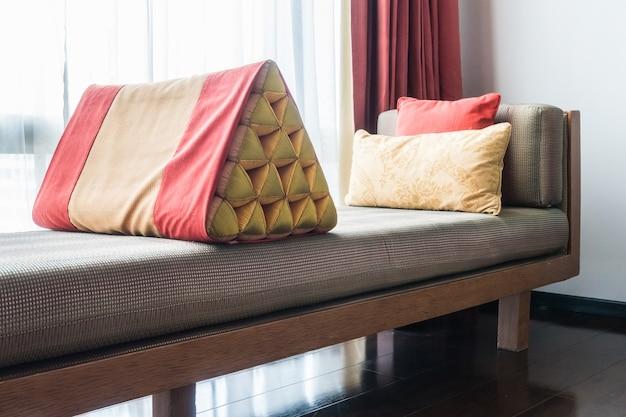 Geometryczne poduszki na kanapie