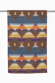 Geometryczne tło tekstylne z wełnianego rzucania koc zbliżenie na białym tle