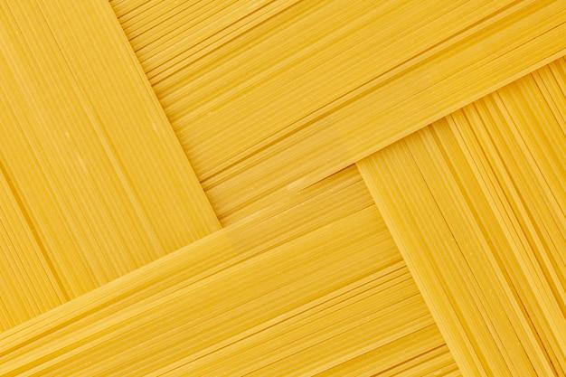 Geometryczne ułożenie surowego spaghetti