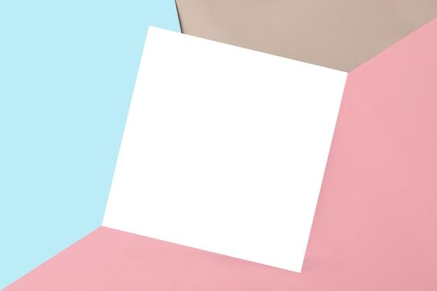 Geometryczne wielokolorowe tło z izolowanym kwadratowym miejscem na tekst lub projekt