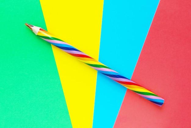 Geometryczny wzór z kolorowym ołówkiem