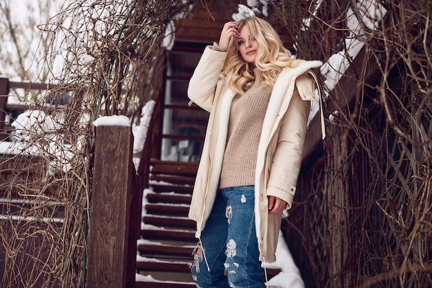 Georgeous elegancka blondynka w jasnej zimowej sukience