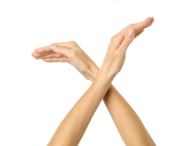 Gest dłoni ptaka. kobieta ręka z francuskim manicure gestykuluje na białym tle. część serii