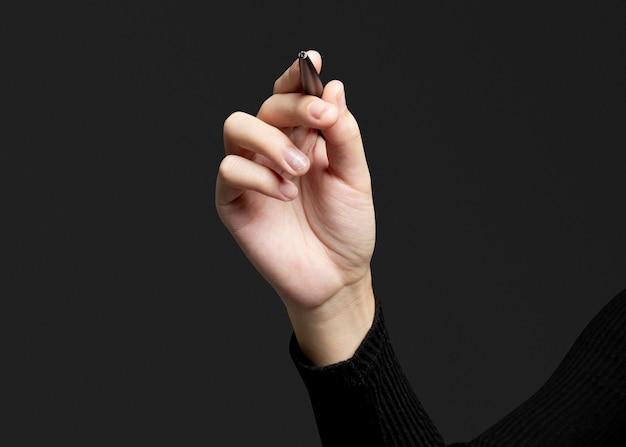 Gest dłonią za pomocą długopisu i pisanie na niewidzialnym ekranie