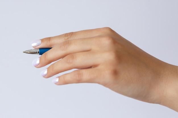 Gest i znak dłoni trzymającej długopis na białym tle