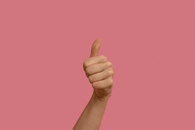 Gest języka migowego na różowym tle