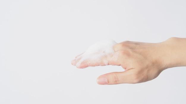 Gest mycia rąk z pieniącym się mydłem do rąk na białym tle.