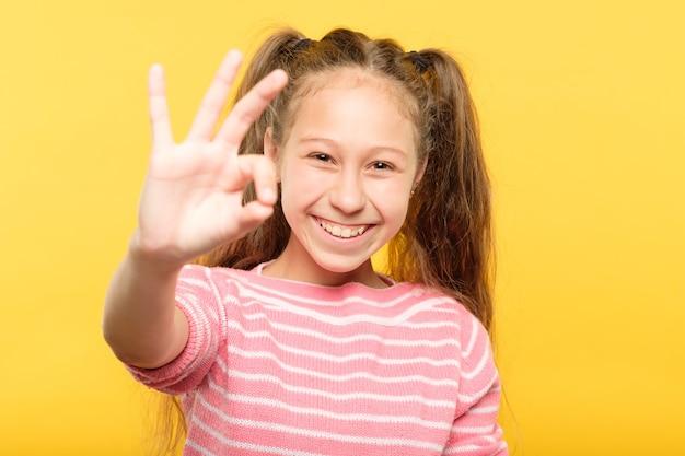 Gest ok. uśmiechnięta nastolatka. szczęśliwy wyraz twarzy. portret emocjonalny