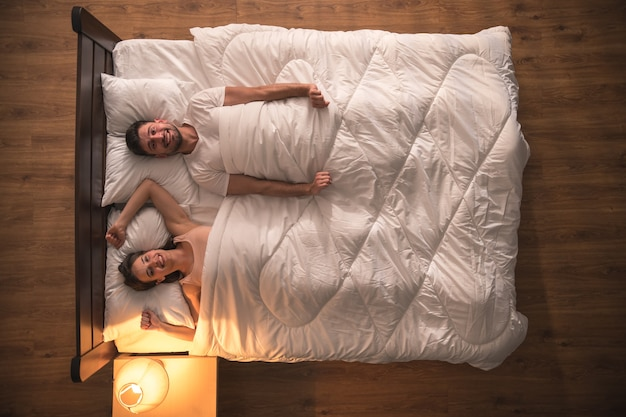 Gest pary na łóżku. widok z góry