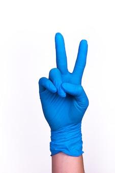 Gest powitalny w niebieskiej rękawiczce