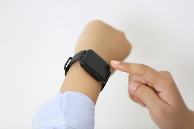 Gest ręki na inteligentny zegarek w ręku