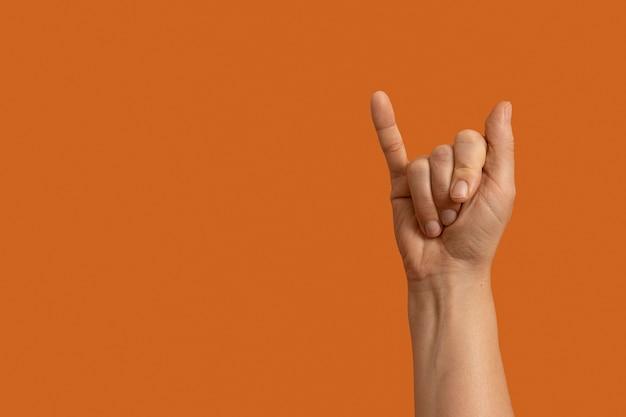 Gest ręki w języku migowym z miejscem na kopię