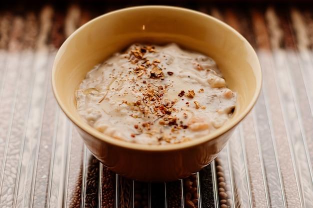 Gęsta zupa krem z grzybami i przyprawami dla zdrowej diety, dostawy jedzenia i zamówienia online
