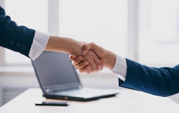 Gestem ręce uścisk dłoni powitanie model finansów biznesowych.