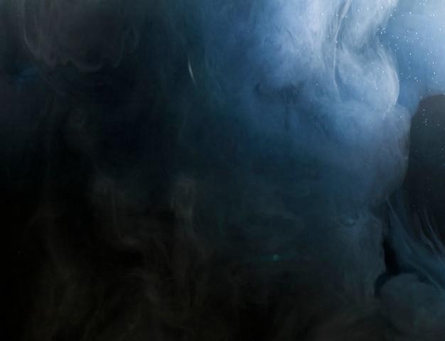 Gęsty przepływ ciemnych atramentów