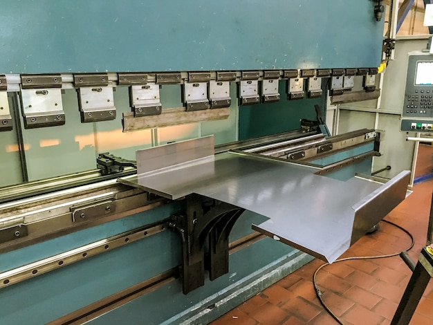 Gięcie blach w fabryce na giętarce hydraulicznej.