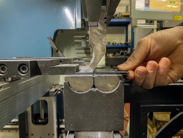 Gięcie części blaszanych na giętarce do blachy w fabryce
