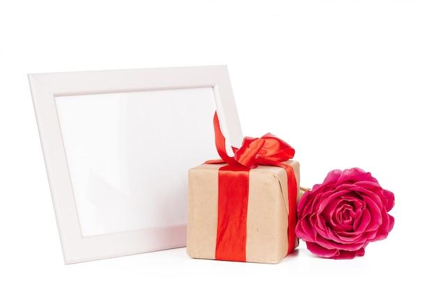 Giftbox i róża odizolowywający na bielu