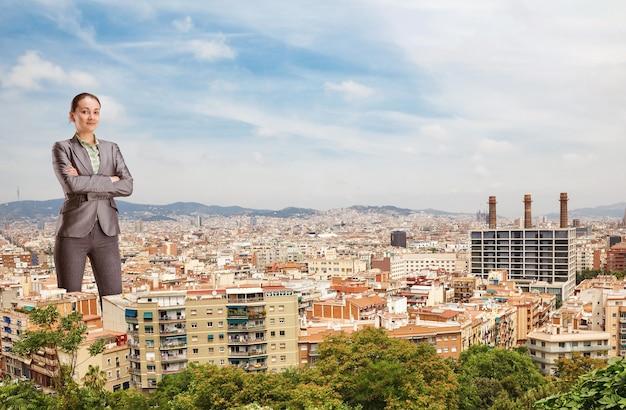 Gigantyczna bizneswoman wśród miejskich budynków