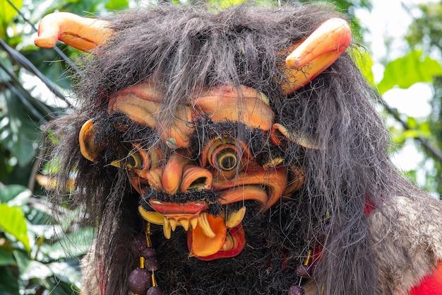Gigantyczna, ręcznie robiona konstrukcja, posąg ogoh-ogoh zbudowany na paradę ngrupuk, która odbywa się w dzień nyepi w ubud na wyspie bali w indonezji. hinduskie święto naznaczone dniem ciszy