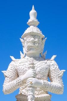 Gigantyczna statua w pra non świątyni, phetchaburi, tajlandia