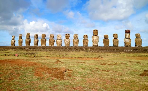 Gigantyczne 15 posągów moai ahu tongariki, największa ceremonialna platforma na wyspie wielkanocnej, chile, ameryka południowa
