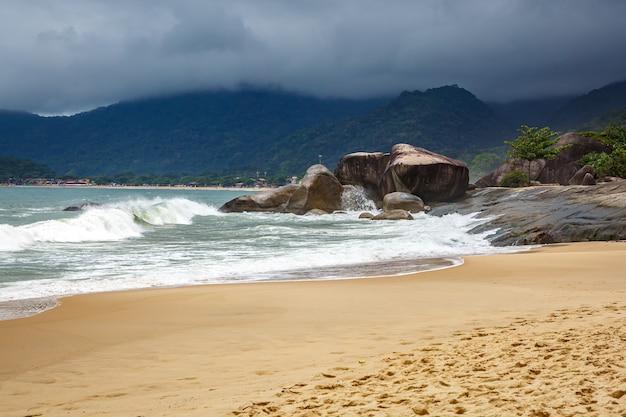 Gigantyczne kamienie na brzegu. burzowe niebo.