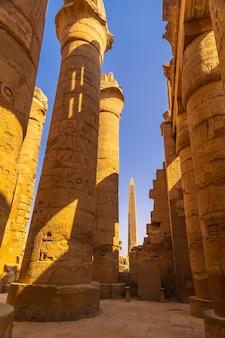 Gigantyczne kolumny i obelisk świątyni w karnaku, wielkiego sanktuarium amona. egipt