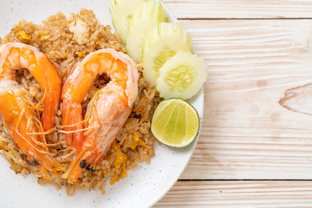 Gigantyczne krewetki smażony ryż z pastą krewetkową na talerzu