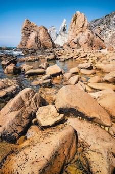 Gigantyczne stosy morskie strzeliste skały na plaży praia da ursa, sintra, portugalia
